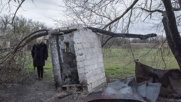Zničený dům v obci Sachanka v Doněcké oblasti - Sputnik Česká republika