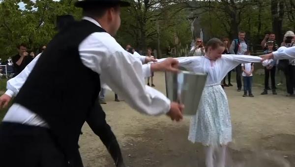 Při velikonoční akci v Maďarsku byly ženy polévány vodou jako rostliny (VIDEO) - Sputnik Česká republika