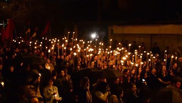 K uctění památky nevinných obětí arménské genocidy. Video průvodu v Jerevanu - Sputnik Česká republika