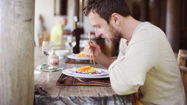 Muž v restauraci - Sputnik Česká republika