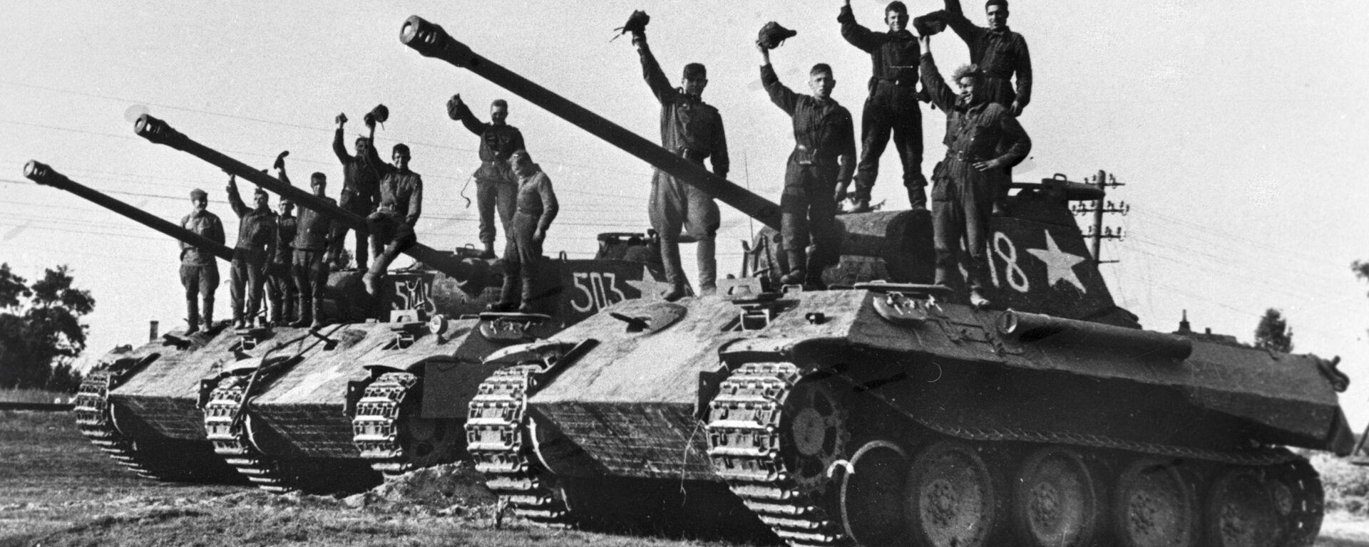 Ruští tankisté na ukořistěných německých tancích Panther v okolí Prahy - Sputnik Česká republika, 1920, 08.05.2019