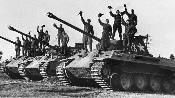 Ruští tankisté na ukořistěných německých tancích Panther v okolí Prahy - Sputnik Česká republika