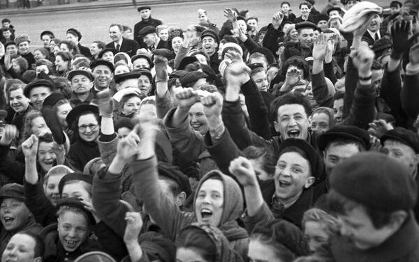 Moskvané dávají hobla důstojníkovi na Rudém náměstí v Den vítězství 9. května 1945 - Sputnik Česká republika