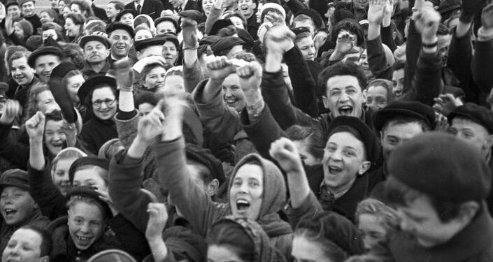 Moskvané dávají hobla důstojníkovi na Rudém náměstí v Den vítězství 9. května 1945