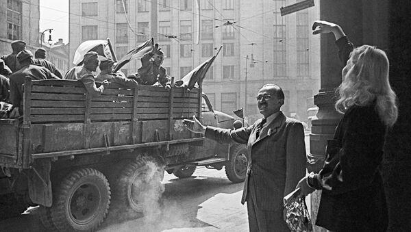 Obyvatelé Prahy vítají sovětské vojáky. 8. května 1945  - Sputnik Česká republika