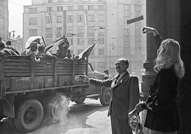 Obyvatelé Prahy vítají sovětské vojáky. 8. května 1945