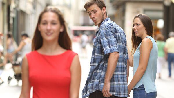 Muž se dívá na jinou dívku, jeho partnerka se rozčiluje - Sputnik Česká republika