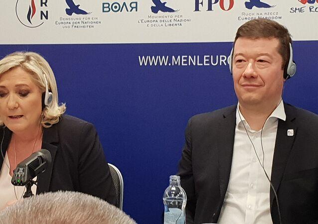 Tomio Okamura na tiskové konferenci s Marine Le Penovou