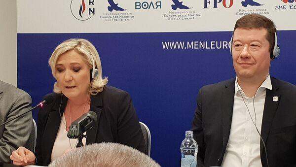 Tomio Okamura na tiskové konferenci s Marine Le Penovou - Sputnik Česká republika