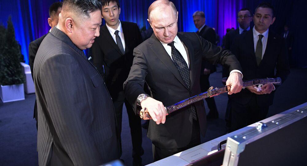 Vůdce KLDR Kim Čong-un daruje ruskému prezidentovi Vladimiru Putinovi meč