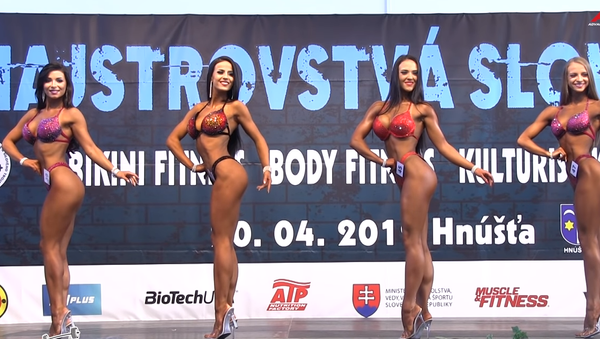 Hra svalů. Rozpálené dívky bojovaly o titul mistryně Slovenska v bodybuildingu - Sputnik Česká republika