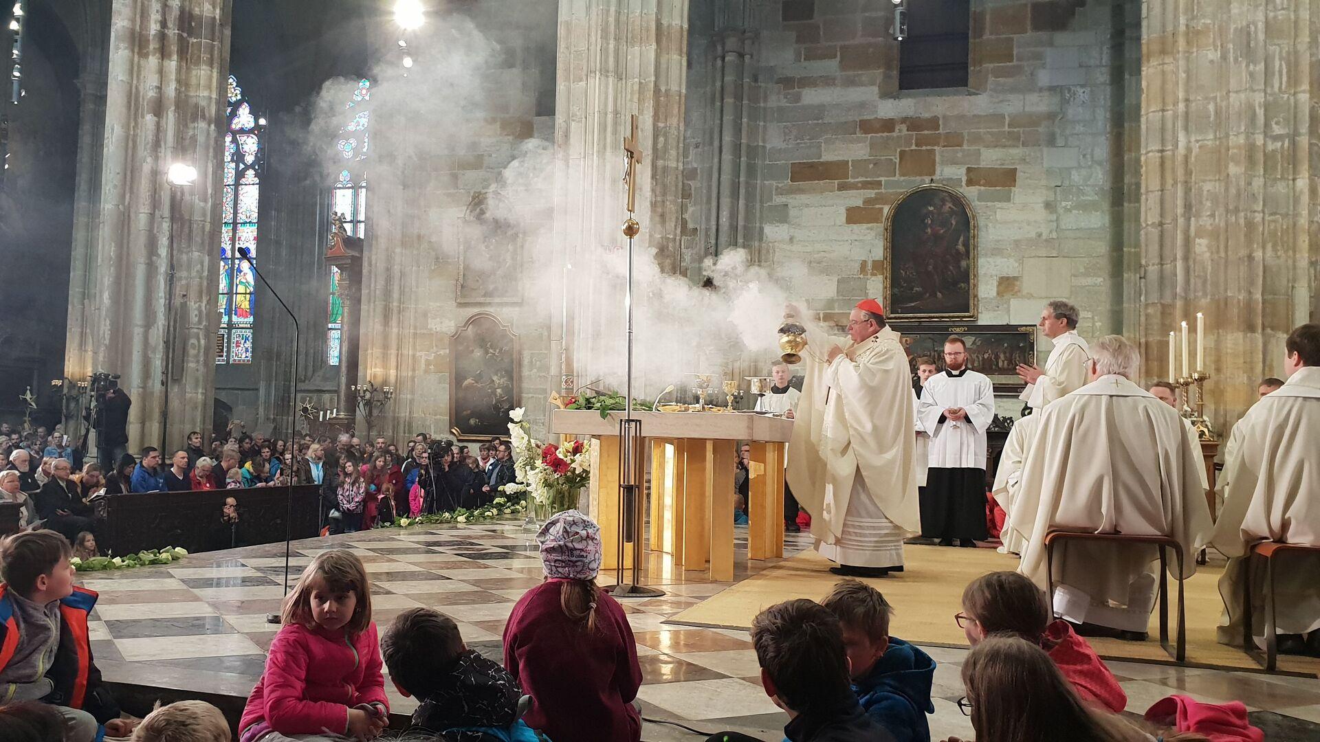 Kardinál Duka, aroma a dým kadidla se šíří lodí katedrály - Sputnik Česká republika, 1920, 07.07.2021