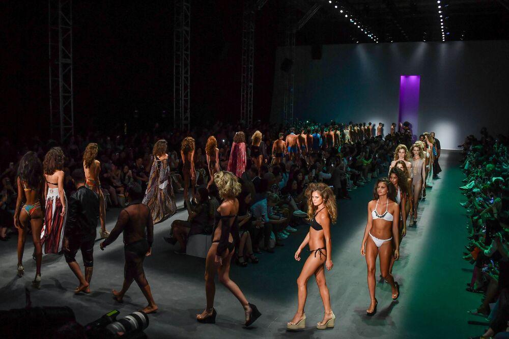 Modelky představují kolekci návrháře Amira Slamy během týdnu módy v Sao Paulu v Brazílii