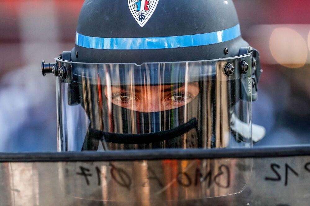 Policista během protivládní demonstrace žlutých vest v Paříži, Francie