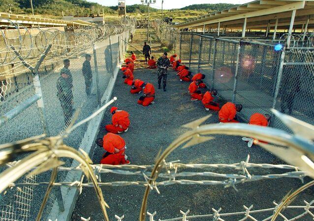 Vězni v táboře X-Ray, který se nachází uvnitř věznice Guantánamo na Kubě