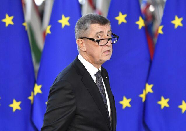 Český premiér Andrej Babiš na pozadí vlajky EU