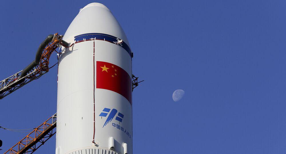 Čínská raketa Dlouhý pochod na strartovácí ploše na kosmodromu Wenchang