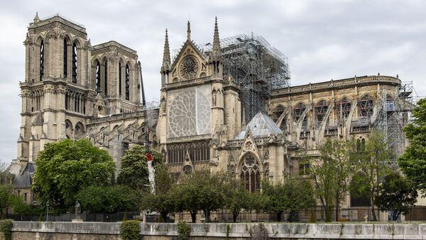 """Katedrála Notre-Dame s """"deštníkem"""" nad střechou - Sputnik Česká republika"""