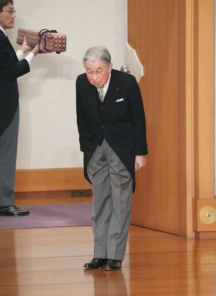 Císař Japonska Akihito se kloní na konci rituálu Taiirei-Seiden-no-gi, císařův abdikační ceremoniál, v císařském paláci v Tokiu, Japonsko, 30. dubna 2019