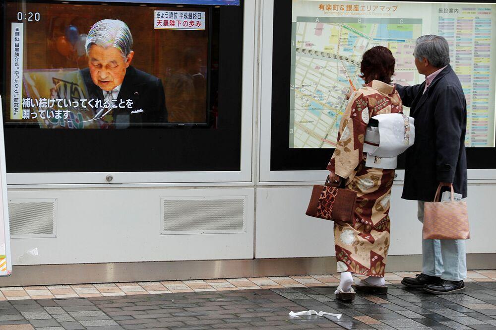Zpráva o císaři Akihito na Tokijské ulici v Japonsku