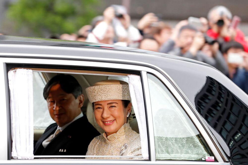 Korunní princ Japonska Naruhito a korunní princezna Masako přichází do císařského paláce v Tokiu, kde se císař Akihito vzdá trůnu