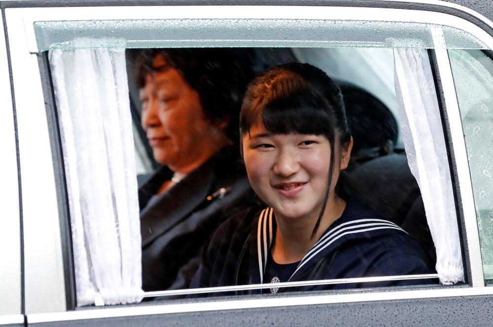 Princezna Aiko jede do císařského paláce na obřad abdikace císaře Japonska Akihito