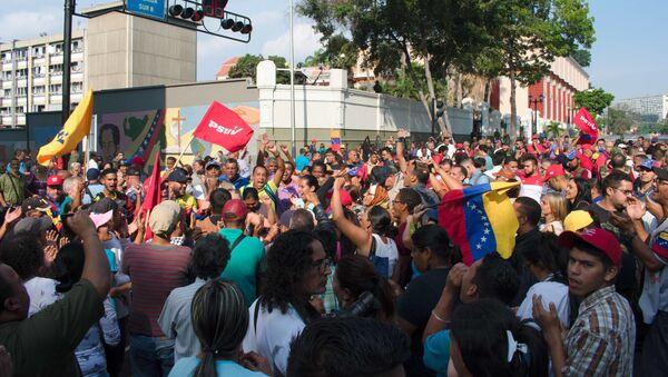Lidé se shromáždili poblíž paláce Miraflores na podporu vlády Madura - Sputnik Česká republika