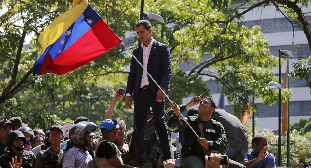 Lídr venezuelské opozice Juan Guiadó před základnou La Carlota (30. dubna 2019)