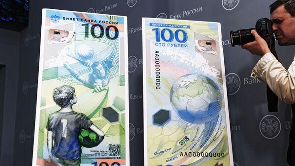 Maketa pamětní bankovky Banky Ruska věnované Mistrovství světa ve fotbale 2018 - Sputnik Česká republika