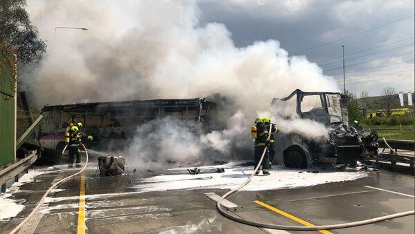 Vážná nehoda na pražském okruhu! Autobus vězeňské služby se srazil kamionem. Jeden mrtvý - Sputnik Česká republika