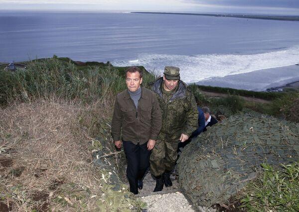 Dmitrij Medveděv během své návštěvy Kurilských ostrovů - Sputnik Česká republika