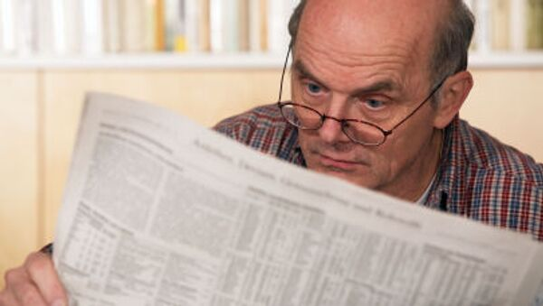 Starší muž čte noviny. Ilustrační foto - Sputnik Česká republika