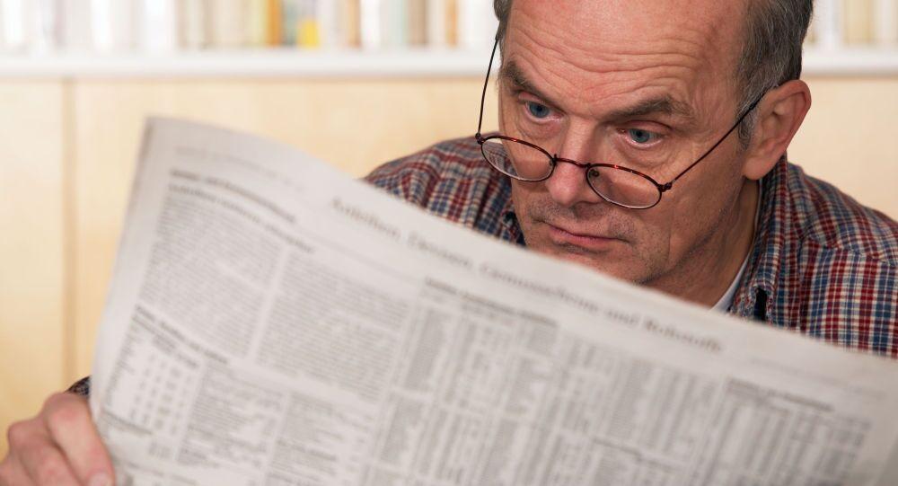 Starší muž čte noviny. Ilustrační foto