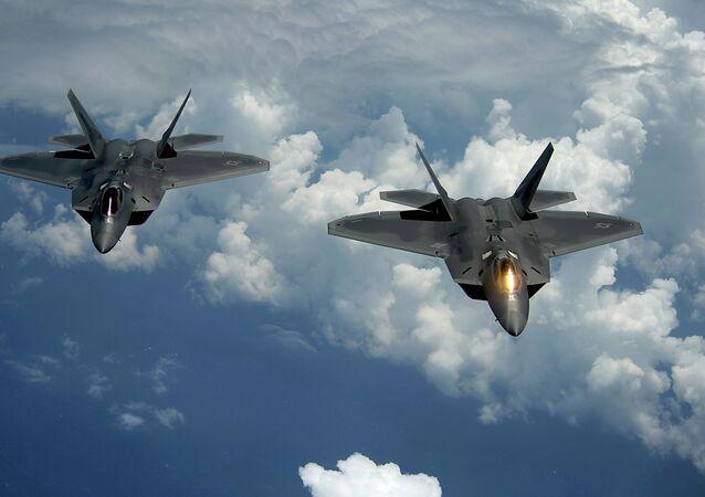 Americké stihačky F-22 Raptor