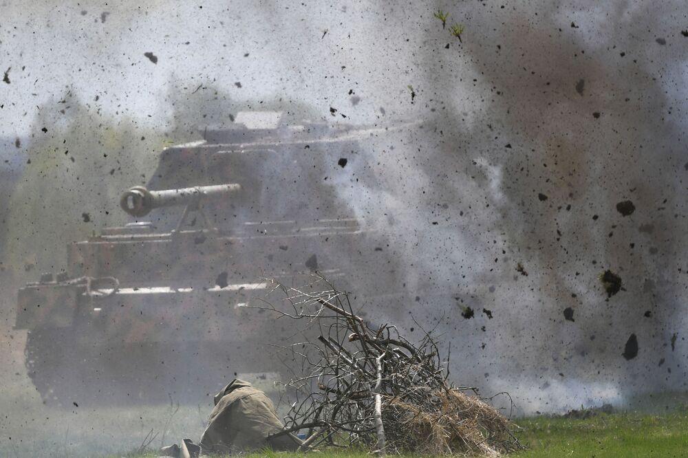 Vojensko-historická rekonstrukce v rámci festivalu Ohnivý oblouk v Moskevské oblasti.