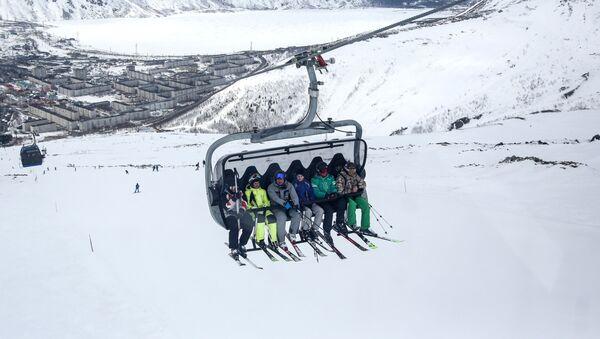 Lyžaři jedou lanovkou na svah lyžařského střediska Big Wood v Kirovsku - Sputnik Česká republika