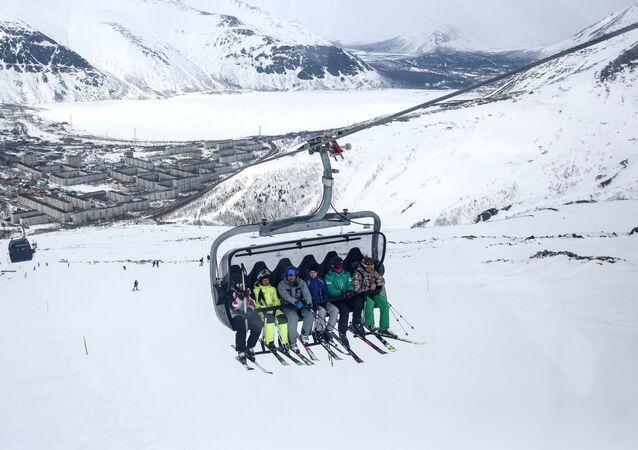 Lyžaři jedou lanovkou na svah lyžařského střediska Big Wood v Kirovsku