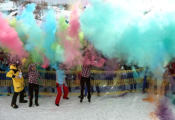 Posledním bodem svátku byl tzv. boj barvami Holi - Sputnik Česká republika