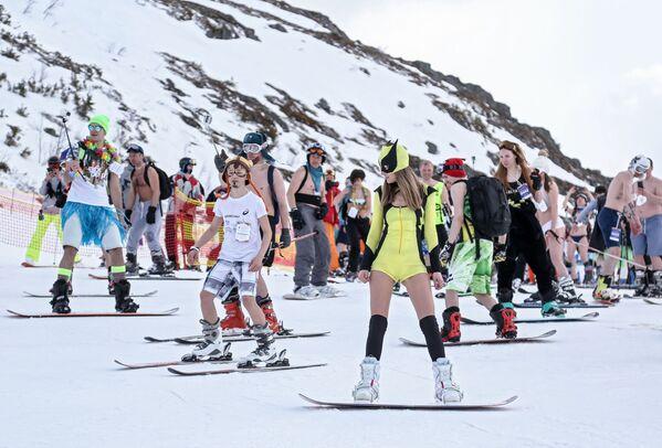 Účastníci lyžování v plavkách Khibiny-bikini 2019 na severním svahu v lyžařském areálu Big Wood v ruském městě Kirovsk - Sputnik Česká republika