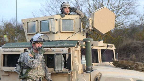 Američtí vojáci komunikují rádiem během cvičení KFOR v Německu. Ilustrační foto - Sputnik Česká republika