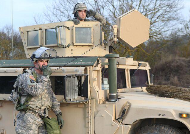 Američtí vojáci komunikují rádiem během cvičení KFOR v Německu. Ilustrační foto
