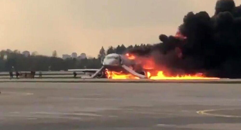 Na letišti Šeremetěvo v Moskvě během přistání začalo hořet letadlo při letu Moskva-Murmansk