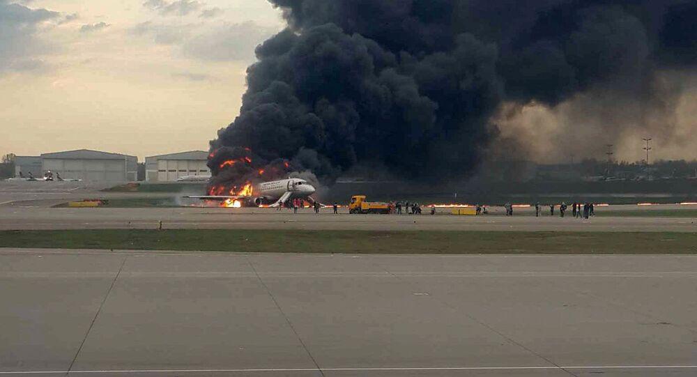 Letadlo se při letu Moskva-Murmansk naléhavě vrátilo v neděli večer na letiště Šeremetěvo kvůli požáru na palubě.