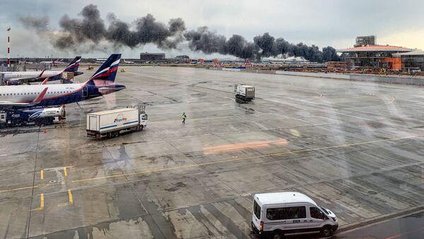 Hořící letadlo Sukhoi Superjet 100 v moskevském Šeremetěvu - Sputnik Česká republika