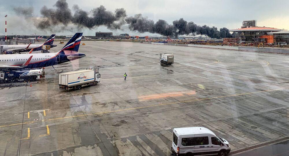 Hořící letadlo Sukhoi Superjet 100 v moskevském Šeremetěvu