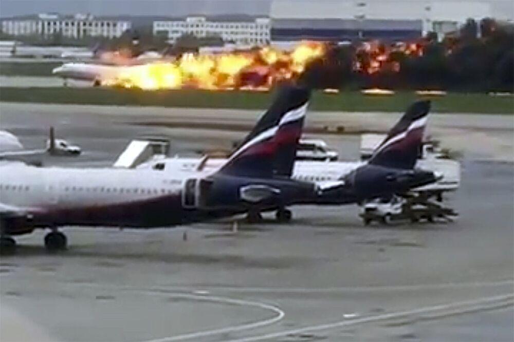 Na snímku z videa, poskytnutého uživatelem Instagramu @artempetrovich, letadlo SSJ-100 společnosti Aeroflot hoří během nouzového přistání na letišti Šeremetěvo v Moskvě v Rusku v neděli 5. května 2019