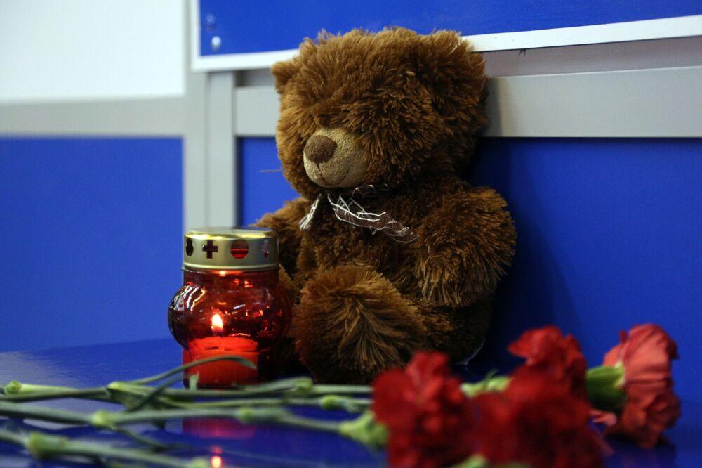 Svíčky a květiny. Ilustrační foto