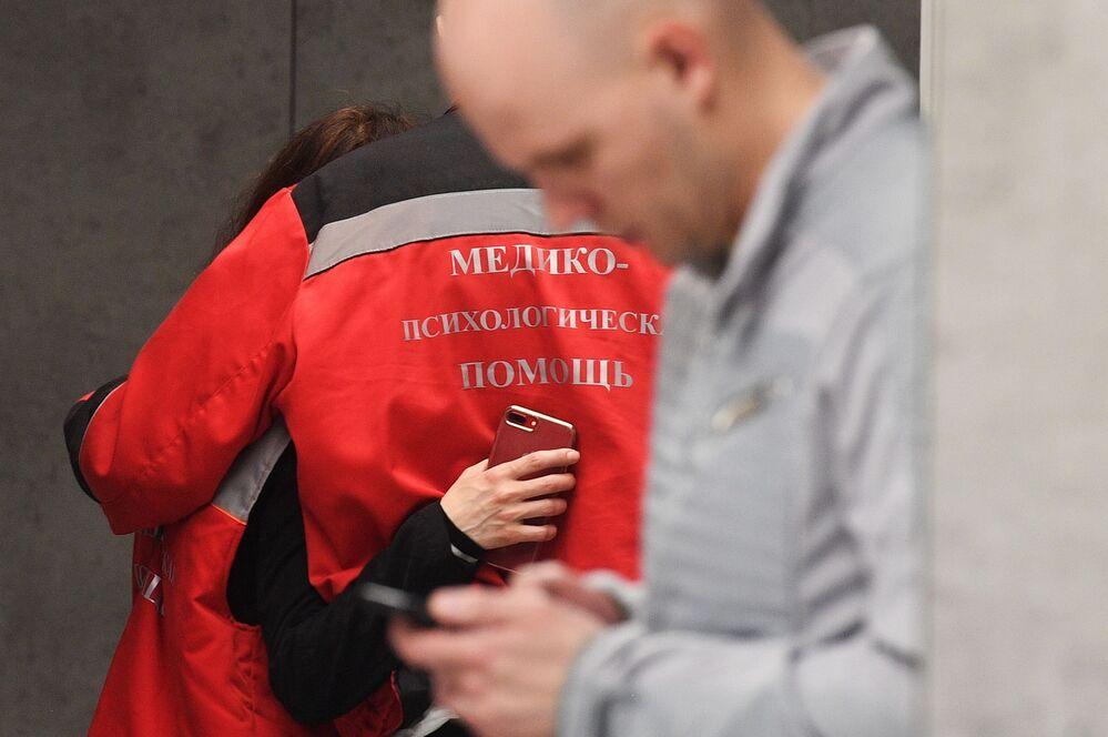 Zdravotnický a psychologický personál na letišti Šeremetěvo, Moskva, 5. května 2019