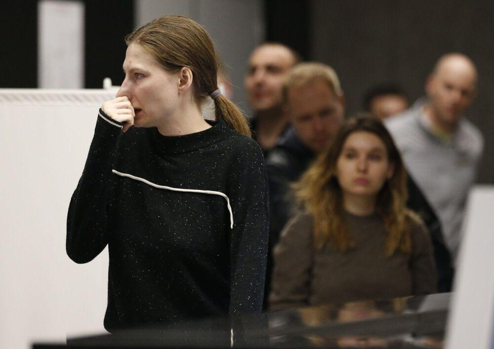 Dívka u místa psychologické pomoci organizovaná pro příbuzné a cestující letadla Aeroflotu po letu Moskva-Murmansk na letišti Šeremetěvo, Moskva, 5. května 2019