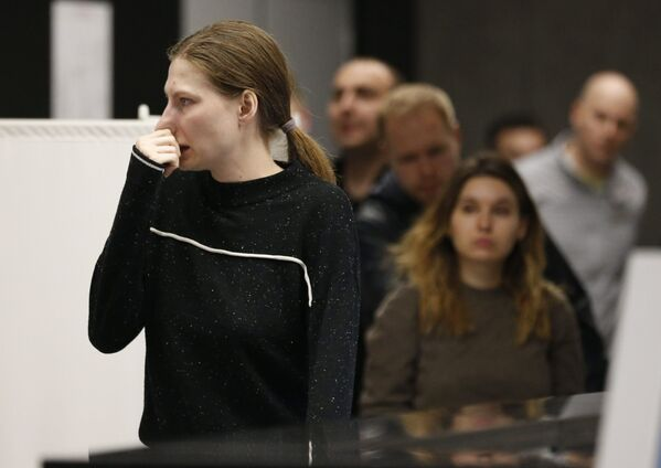 Dívka u místa psychologické pomoci organizovaná pro příbuzné a cestující letadla Aeroflotu po letu Moskva-Murmansk na letišti Šeremetěvo, Moskva, 5. května 2019 - Sputnik Česká republika